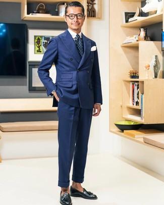 Wie kombinieren: dunkelblaues Zweireiher-Sakko, weißes und dunkelblaues Businesshemd mit Schottenmuster, dunkelblaue Anzughose, schwarze Leder Slipper mit Quasten