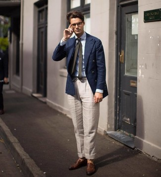 Wie kombinieren: dunkelblaues Zweireiher-Sakko, hellblaues vertikal gestreiftes Businesshemd, hellbeige Leinen Anzughose, braune Leder Slipper