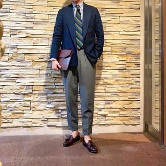 Wie kombinieren: dunkelblaues Zweireiher-Sakko, weißes und blaues vertikal gestreiftes Businesshemd, graue Anzughose, dunkelrote Leder Slipper mit Quasten