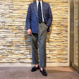 Dunkelblaues Einstecktuch kombinieren: trends 2020: Entscheiden Sie sich für ein dunkelblaues Zweireiher-Sakko und ein dunkelblaues Einstecktuch, um mühelos alles zu meistern, was auch immer der Tag bringen mag. Fühlen Sie sich mutig? Vervollständigen Sie Ihr Outfit mit schwarzen Leder Slippern mit Quasten.