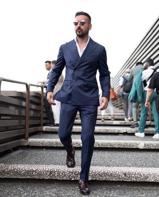 Wie kombinieren: dunkelblaues Zweireiher-Sakko, weißes Businesshemd, dunkelblaue Anzughose, dunkelrote Leder Slipper