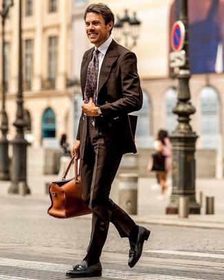 Dunkelbraune Socken kombinieren: trends 2020: Kombinieren Sie ein dunkelbraunes Zweireiher-Sakko mit dunkelbraunen Socken für einen bequemen Alltags-Look. Putzen Sie Ihr Outfit mit schwarzen Leder Slippern mit Quasten.
