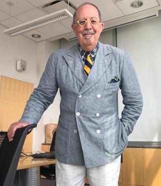 Wie kombinieren: graues Zweireiher-Sakko, dunkelblaues Businesshemd mit Schottenmuster, weiße Anzughose, dunkelblaue vertikal gestreifte Krawatte