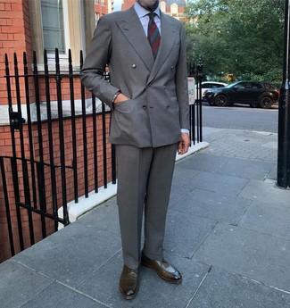 Dunkelgrüne horizontal gestreifte Krawatte kombinieren: trends 2020: Entscheiden Sie sich für ein graues Zweireiher-Sakko und eine dunkelgrüne horizontal gestreifte Krawatte, um vor Klasse und Perfektion zu strotzen. Suchen Sie nach leichtem Schuhwerk? Komplettieren Sie Ihr Outfit mit olivgrünen Leder Derby Schuhen für den Tag.