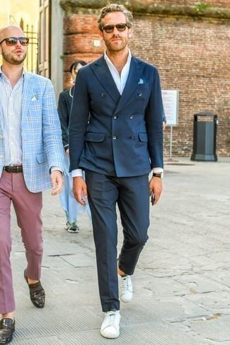 Dunkelblaue Anzughose kombinieren: trends 2020: Vereinigen Sie ein dunkelblaues Zweireiher-Sakko mit einer dunkelblauen Anzughose, um vor Klasse und Perfektion zu strotzen. Bringen Sie die Dinge durcheinander, indem Sie weißen Leder niedrige Sneakers mit diesem Outfit tragen.