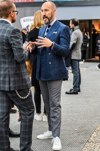Dunkelblaue und weiße Strick Krawatte kombinieren: trends 2020: Vereinigen Sie ein dunkelblaues Zweireiher-Sakko mit einer dunkelblauen und weißen Strick Krawatte, um vor Klasse und Perfektion zu strotzen. Suchen Sie nach leichtem Schuhwerk? Entscheiden Sie sich für weißen Leder niedrige Sneakers für den Tag.