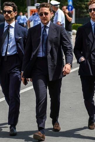 Dunkelblaue Socken kombinieren: trends 2020: Paaren Sie ein schwarzes Zweireiher-Sakko mit dunkelblauen Socken für ein sonntägliches Mittagessen mit Freunden. Fühlen Sie sich mutig? Ergänzen Sie Ihr Outfit mit braunen Wildleder Slippern mit Quasten.