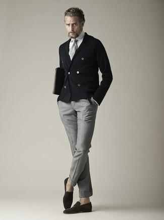 Graue Strick Krawatte kombinieren – 40 Herren Outfits: Kombinieren Sie ein schwarzes Zweireiher-Sakko mit einer grauen Strick Krawatte, um vor Klasse und Perfektion zu strotzen. Fühlen Sie sich mutig? Ergänzen Sie Ihr Outfit mit dunkelbraunen Wildleder Slippern.