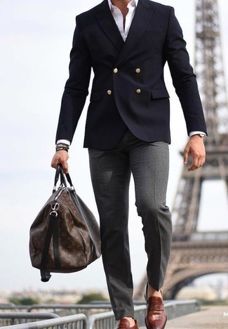 Dunkelbraune Leder Sporttasche kombinieren: trends 2020: Vereinigen Sie ein dunkelblaues Zweireiher-Sakko mit einer dunkelbraunen Leder Sporttasche für ein sonntägliches Mittagessen mit Freunden. Fühlen Sie sich mutig? Wählen Sie braunen Leder Slipper.