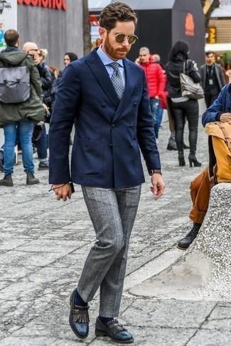 Dunkelbraune Lederuhr kombinieren: trends 2020: Kombinieren Sie ein dunkelblaues Zweireiher-Sakko mit einer dunkelbraunen Lederuhr, um mühelos alles zu meistern, was auch immer der Tag bringen mag. Schalten Sie Ihren Kleidungsbestienmodus an und machen dunkelblauen Leder Slipper mit Fransen zu Ihrer Schuhwerkwahl.