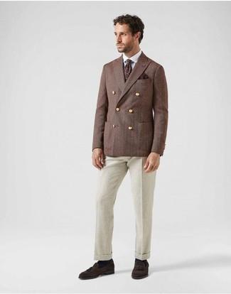 Hellbeige Anzughose kombinieren: trends 2020: Erwägen Sie das Tragen von einem braunen Zweireiher-Sakko und einer hellbeige Anzughose für einen stilvollen, eleganten Look. Fühlen Sie sich mutig? Ergänzen Sie Ihr Outfit mit dunkelbraunen Wildleder Slippern mit Quasten.