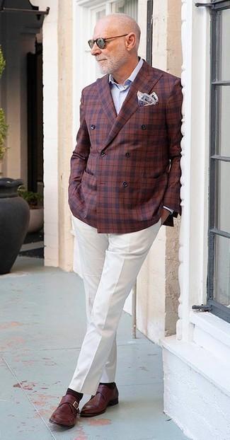 Herren Outfits & Modetrends 2020: Entscheiden Sie sich für ein dunkelrotes Zweireiher-Sakko mit Karomuster und eine weiße Anzughose für einen stilvollen, eleganten Look. Warum kombinieren Sie Ihr Outfit für einen legereren Auftritt nicht mal mit dunkelroten Monks aus Leder?