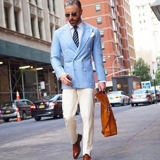 Rotbraune Shopper Tasche aus Leder kombinieren: trends 2020: Kombinieren Sie ein hellblaues Zweireiher-Sakko mit einer rotbraunen Shopper Tasche aus Leder für ein sonntägliches Mittagessen mit Freunden. Rotbraune Leder Oxford Schuhe bringen klassische Ästhetik zum Ensemble.