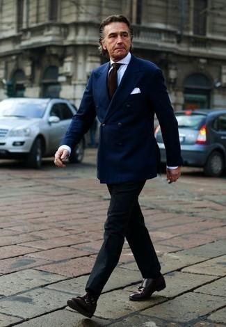 Dunkelbraune Doppelmonks aus Leder kombinieren: trends 2020: Erwägen Sie das Tragen von einem dunkelblauen Zweireiher-Sakko und einer schwarzen Anzughose, um vor Klasse und Perfektion zu strotzen. Wenn Sie nicht durch und durch formal auftreten möchten, vervollständigen Sie Ihr Outfit mit dunkelbraunen Doppelmonks aus Leder.