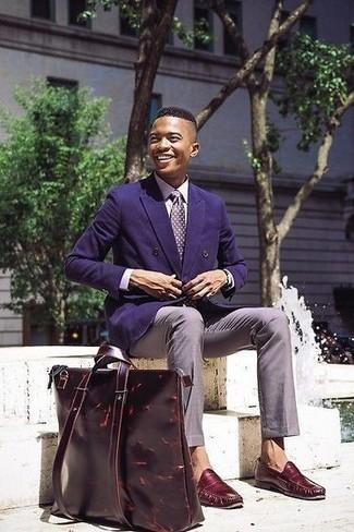 Violette Seidekrawatte kombinieren – 13 Herren Outfits: Kombinieren Sie ein violettes Zweireiher-Sakko mit einer violetten Seidekrawatte, um vor Klasse und Perfektion zu strotzen. Wenn Sie nicht durch und durch formal auftreten möchten, vervollständigen Sie Ihr Outfit mit dunkelroten Leder Slippern.