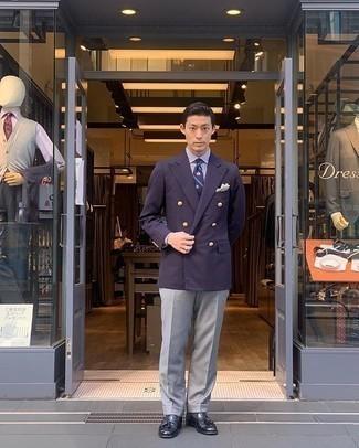 Weißes und dunkelblaues vertikal gestreiftes Businesshemd kombinieren – 500+ Herren Outfits: Kombinieren Sie ein weißes und dunkelblaues vertikal gestreiftes Businesshemd mit einer grauen Anzughose für eine klassischen und verfeinerte Silhouette. Dunkelblaue Leder Slipper mit Quasten fügen sich nahtlos in einer Vielzahl von Outfits ein.