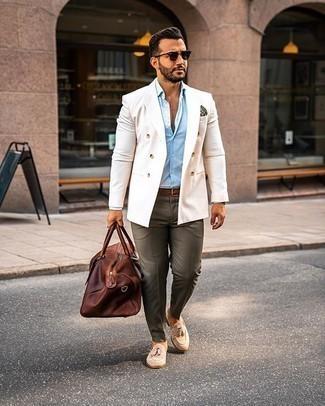 Einstecktuch kombinieren – 500+ Herren Outfits: Kombinieren Sie ein weißes Zweireiher-Sakko mit einem Einstecktuch für ein Alltagsoutfit, das Charakter und Persönlichkeit ausstrahlt. Hellbeige Wildleder Slipper mit Quasten bringen Eleganz zu einem ansonsten schlichten Look.