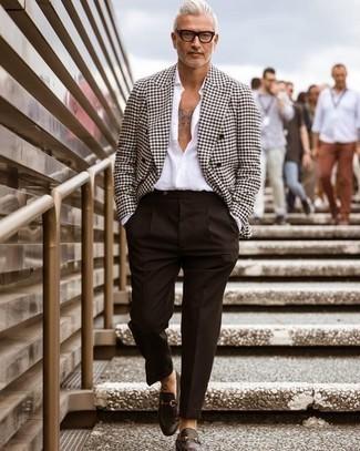 Dunkelbraune Leder Slipper kombinieren – 500+ Herren Outfits: Tragen Sie ein weißes und schwarzes Zweireiher-Sakko mit Hahnentritt-Muster und eine dunkelbraune Anzughose, um vor Klasse und Perfektion zu strotzen. Wenn Sie nicht durch und durch formal auftreten möchten, entscheiden Sie sich für dunkelbraunen Leder Slipper.