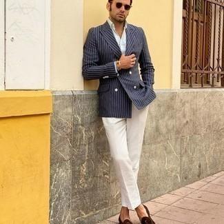 Elegante Outfits Herren 2020: Kombinieren Sie ein dunkelblaues vertikal gestreiftes Zweireiher-Sakko mit einer weißen Anzughose, um vor Klasse und Perfektion zu strotzen. Suchen Sie nach leichtem Schuhwerk? Wählen Sie braunen Wildleder Slipper für den Tag.