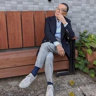 60 Jährige: Dunkelbraunen Ledergürtel kombinieren – 66 Herren Outfits: Kombinieren Sie ein dunkelblaues Zweireiher-Sakko mit einem dunkelbraunen Ledergürtel für ein großartiges Wochenend-Outfit. Ergänzen Sie Ihr Look mit grauen Segeltuch niedrigen Sneakers.