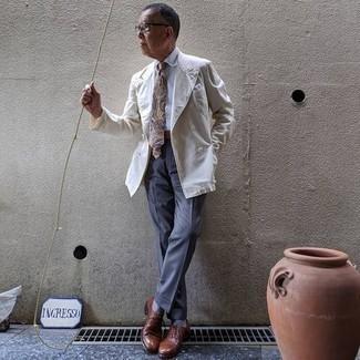 Hellblaue Socken kombinieren – 137 Herren Outfits: Kombinieren Sie ein weißes Zweireiher-Sakko mit hellblauen Socken, um einen lockeren, aber dennoch stylischen Look zu erhalten. Schalten Sie Ihren Kleidungsbestienmodus an und machen braunen Leder Oxford Schuhe zu Ihrer Schuhwerkwahl.