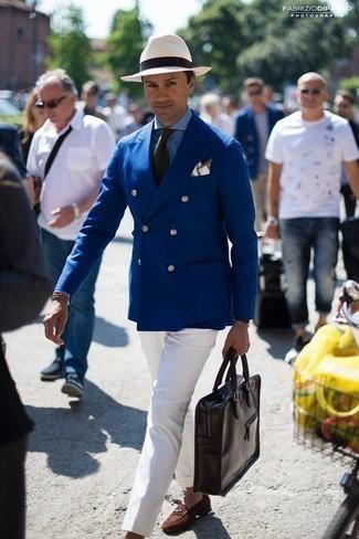 Dunkelbraune Shopper Tasche aus Leder kombinieren – 209 Herren Outfits: Kombinieren Sie ein dunkelblaues Zweireiher-Sakko mit einer dunkelbraunen Shopper Tasche aus Leder für ein sonntägliches Mittagessen mit Freunden. Wählen Sie braunen Wildleder Slipper, um Ihr Modebewusstsein zu zeigen.