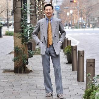 Weiße Socken kombinieren – 500+ Herren Outfits: Paaren Sie ein graues Zweireiher-Sakko mit Karomuster mit weißen Socken für einen entspannten Wochenend-Look. Ergänzen Sie Ihr Outfit mit grauen Wildleder Slippern mit Quasten, um Ihr Modebewusstsein zu zeigen.