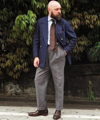Hosenträger kombinieren – 302 Herren Outfits: Die Paarung aus einem dunkelblauen Zweireiher-Sakko und einem Hosenträger ist eine komfortable Wahl, um Besorgungen in der Stadt zu erledigen. Fühlen Sie sich mutig? Vervollständigen Sie Ihr Outfit mit dunkelbraunen Chukka-Stiefeln aus Leder.