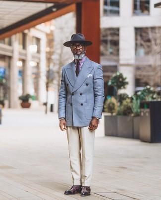 Herren Outfits 2020: Entscheiden Sie sich für ein hellblaues Zweireiher-Sakko mit Schottenmuster und eine hellbeige Anzughose für eine klassischen und verfeinerte Silhouette. Dunkellila Leder Oxford Schuhe sind eine ideale Wahl, um dieses Outfit zu vervollständigen.