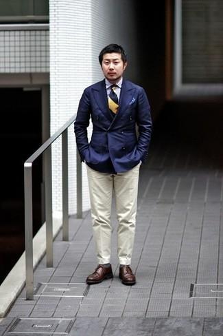 Dunkelblaues Zweireiher-Sakko kombinieren – 500+ Herren Outfits: Kombinieren Sie ein dunkelblaues Zweireiher-Sakko mit einer hellbeige Anzughose für einen stilvollen, eleganten Look. Fühlen Sie sich ideenreich? Ergänzen Sie Ihr Outfit mit dunkelbraunen Leder Derby Schuhen.
