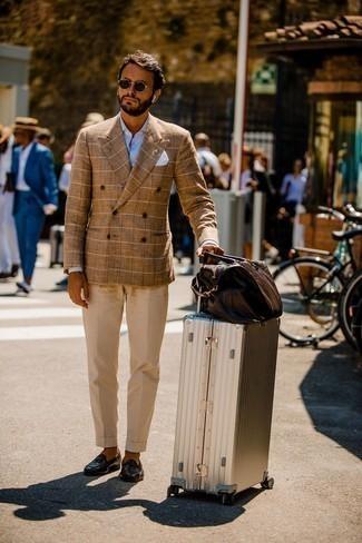 Hellbeige Anzughose kombinieren – 500+ Herren Outfits: Kombinieren Sie ein beige Zweireiher-Sakko mit Karomuster mit einer hellbeige Anzughose, um vor Klasse und Perfektion zu strotzen. Wenn Sie nicht durch und durch formal auftreten möchten, entscheiden Sie sich für dunkelbraunen Leder Slipper.