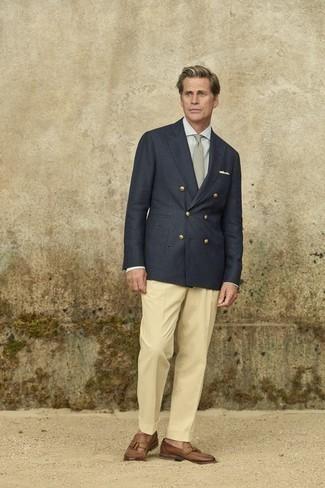 Hellbeige Anzughose kombinieren – 500+ Herren Outfits: Erwägen Sie das Tragen von einem dunkelblauen Zweireiher-Sakko und einer hellbeige Anzughose für einen stilvollen, eleganten Look. Fühlen Sie sich mutig? Komplettieren Sie Ihr Outfit mit braunen Leder Slippern mit Quasten.