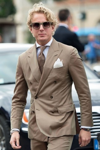 Braunes vertikal gestreiftes Sakko kombinieren: trends 2020: Erwägen Sie das Tragen von einem braunen vertikal gestreiften Sakko und einer braunen vertikal gestreiften Anzughose für eine klassischen und verfeinerte Silhouette.