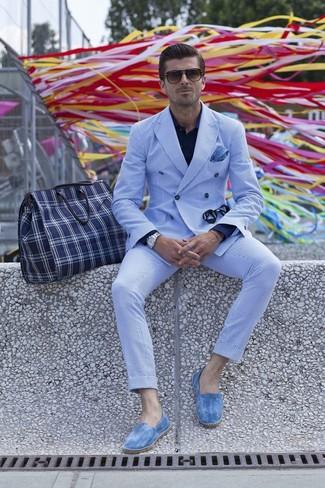 weißes und blaues vertikal gestreiftes Zweireiher-Sakko, dunkelblaues Businesshemd, weiße und blaue vertikal gestreifte Anzughose, blaue Segeltuch Espadrilles für Herren