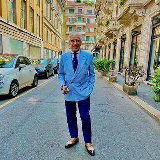 Dunkelblaue Anzughose kombinieren – 1200+ Herren Outfits: Entscheiden Sie sich für einen klassischen Stil in einem hellblauen Zweireiher-Sakko mit Karomuster und einer dunkelblauen Anzughose. Suchen Sie nach leichtem Schuhwerk? Vervollständigen Sie Ihr Outfit mit braunen Doppelmonks aus Leder für den Tag.