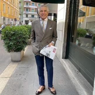 Dunkelblaue Anzughose kombinieren – 1200+ Herren Outfits: Kombinieren Sie ein braunes Zweireiher-Sakko mit Karomuster mit einer dunkelblauen Anzughose für einen stilvollen, eleganten Look. Fühlen Sie sich ideenreich? Komplettieren Sie Ihr Outfit mit braunen Doppelmonks aus Leder.