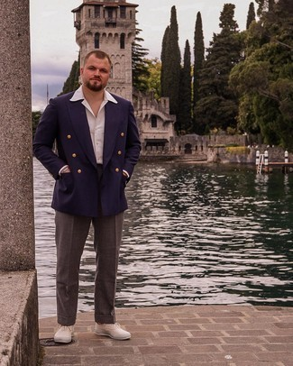 Herren Outfits 2021: Paaren Sie ein dunkelblaues Zweireiher-Sakko mit einer dunkelbraunen Anzughose, um vor Klasse und Perfektion zu strotzen. Fühlen Sie sich mutig? Komplettieren Sie Ihr Outfit mit hellbeige Segeltuch niedrigen Sneakers.