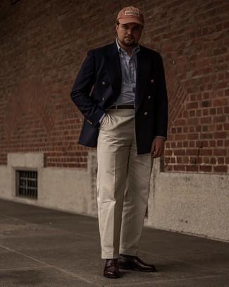 Herren Outfits 2021: Geben Sie den bestmöglichen Look ab in einem dunkelblauen Zweireiher-Sakko und einer hellbeige Anzughose. Dunkelbraune Leder Slipper liefern einen wunderschönen Kontrast zu dem Rest des Looks.