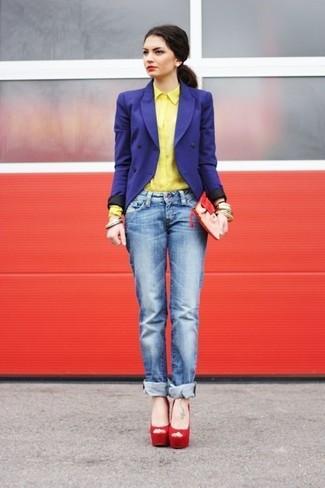 Wie kombinieren: blaues Zweireiher-Sakko, gelbes Businesshemd, blaue Boyfriend Jeans, rote Wildleder Sandaletten
