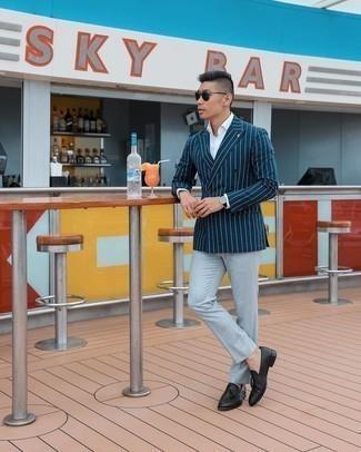 Elegante Outfits Herren 2020: Kombinieren Sie ein dunkelblaues vertikal gestreiftes Zweireiher-Sakko mit einem weißen Businesshemd für eine klassischen und verfeinerte Silhouette. Schwarze Leder Slipper mit Quasten sind eine kluge Wahl, um dieses Outfit zu vervollständigen.
