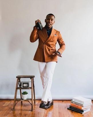 20 Jährige: Weiße Cargohose kombinieren – 9 Herren Outfits: Tragen Sie ein rotbraunes Zweireiher-Sakko und eine weiße Cargohose, um einen eleganten, aber nicht zu festlichen Look zu kreieren. Wählen Sie dunkelbraunen Leder Slipper mit Quasten, um Ihr Modebewusstsein zu zeigen.