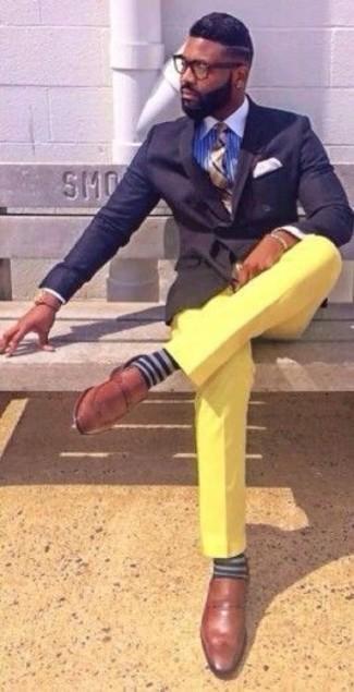 Wie kombinieren: dunkelblaues Zweireiher-Sakko, blaues vertikal gestreiftes Businesshemd, gelbe Chinohose, braune Leder Slipper