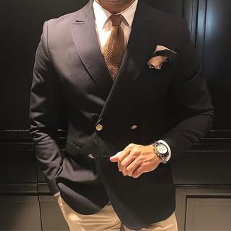 Beige Strick Krawatte kombinieren – 12 Herren Outfits: Kombinieren Sie ein schwarzes Zweireiher-Sakko mit einer beige Strick Krawatte für eine klassischen und verfeinerte Silhouette.