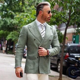 Wie kombinieren: mintgrünes Zweireiher-Sakko, weißes Businesshemd, hellbeige Chinohose, weiße und schwarze vertikal gestreifte Krawatte