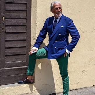 Wie kombinieren: blaues Zweireiher-Sakko, weißes Businesshemd, grüne Chinohose, dunkelbraune Leder Derby Schuhe