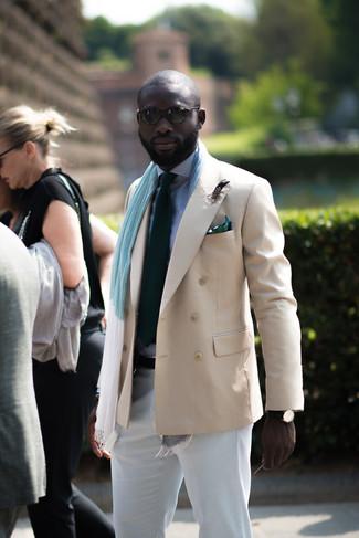 Wie kombinieren: hellbeige Zweireiher-Sakko, weißes und dunkelblaues Businesshemd mit Vichy-Muster, weiße Chinohose, dunkelgrüne Krawatte