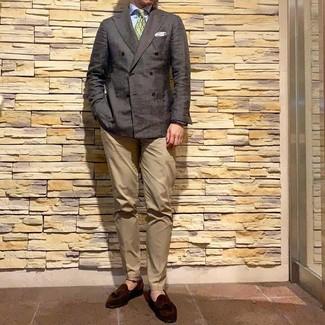 Wie kombinieren: dunkelbraunes Zweireiher-Sakko, hellblaues Businesshemd, beige Chinohose, dunkelbraune Wildleder Slipper mit Quasten