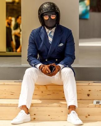 Braune Lederhandschuhe kombinieren: trends 2020: Entscheiden Sie sich für ein dunkelblaues Zweireiher-Sakko und braunen Lederhandschuhe für ein bequemes Outfit, das außerdem gut zusammen passt. Weiße niedrige Sneakers sind eine ideale Wahl, um dieses Outfit zu vervollständigen.