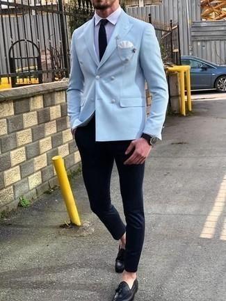 Schwarze Krawatte kombinieren: trends 2020: Kombinieren Sie ein hellblaues Zweireiher-Sakko mit einer schwarzen Krawatte, um vor Klasse und Perfektion zu strotzen. Suchen Sie nach leichtem Schuhwerk? Wählen Sie schwarze Leder Slipper mit Quasten für den Tag.
