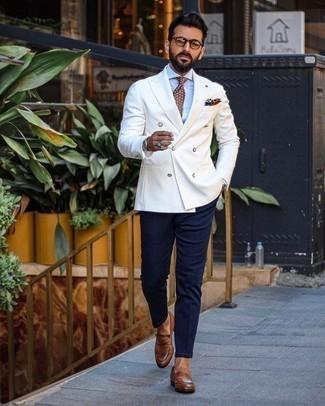 Weißes Zweireiher-Sakko kombinieren: trends 2020: Kombinieren Sie ein weißes Zweireiher-Sakko mit einer dunkelblauen Chinohose für Ihren Bürojob. Entscheiden Sie sich für braunen Leder Slipper, um Ihr Modebewusstsein zu zeigen.